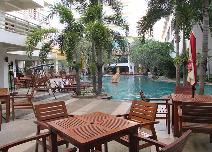 Бассейн во внутреннем дворе отеля 3 звезды
