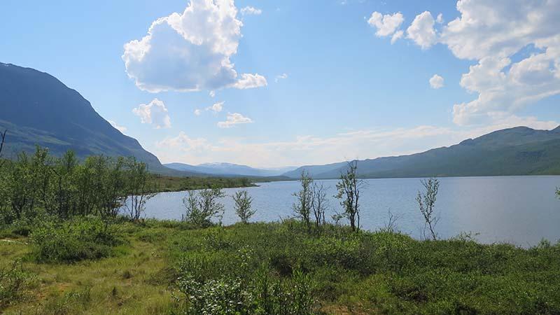 Озеро в горах швеции