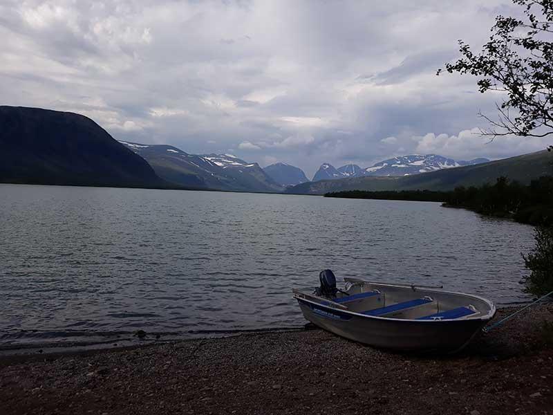 озеро возле лагеря Ladtjojaure