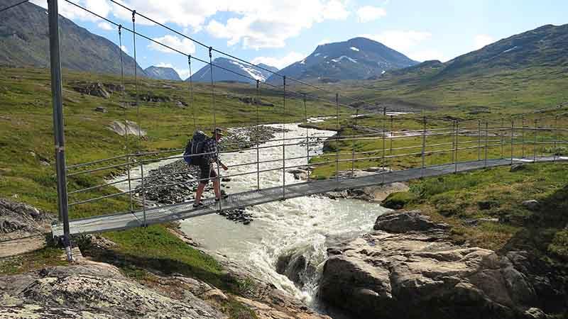 Подвесной мост в горах Швеции