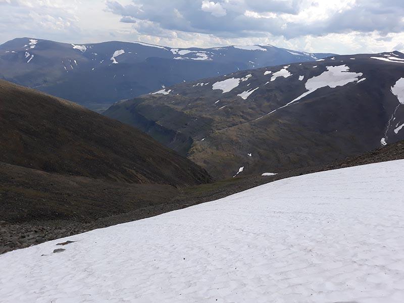 снег на вершине гор в швеции летом