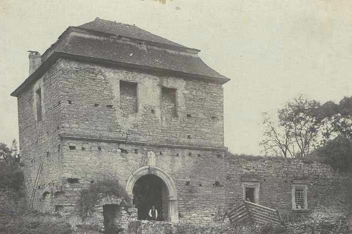 старое здание с большим входом